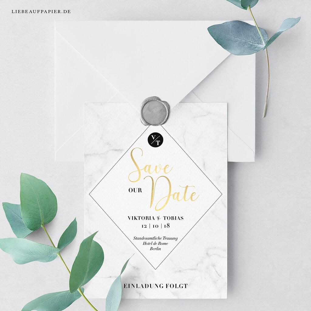 Nr. 29 – Individuelles Design – Save the Date-Postkarte mit Marmorhintergrund und Goldfolierung.